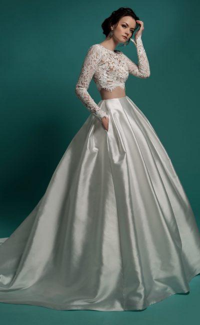 Эксцентричное свадебное платье с укороченным кружевным топом и атласной юбкой пышного кроя.
