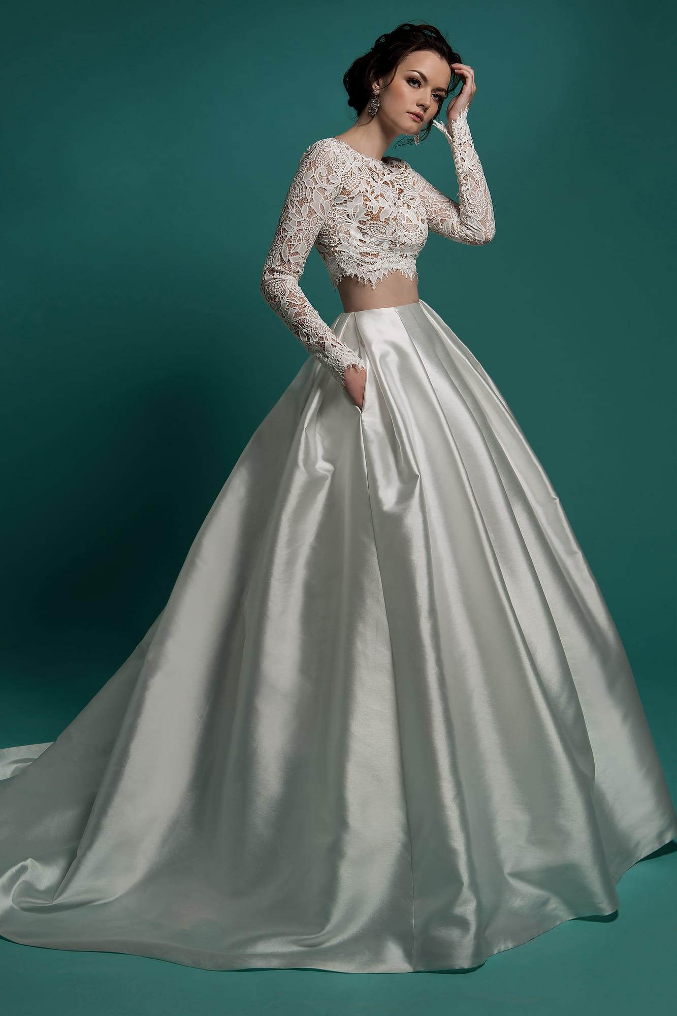 1ca0c653b9e Эксцентричное свадебное платье с укороченным кружевным топом и атласной  юбкой пышного кроя.