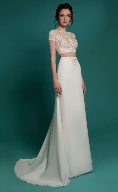 Прямое свадебное платье с элегантным укороченным топом с кружевной отделкой.