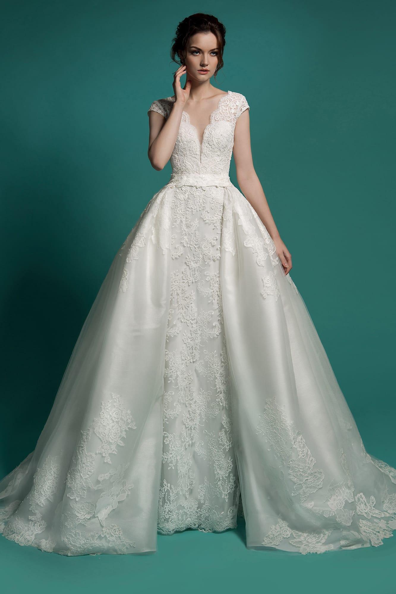 d30e42404c5 Кружевное свадебное платье с коротким рукавом и роскошной верхней юбкой из  нескольких слоев ткани.