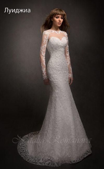 Облегающее свадебное платье с вырезом на спинке и длинными полупрозрачными рукавами.