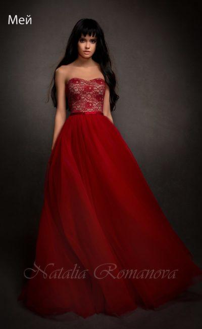 Соблазнительное свадебное платье пышного кроя, выполненное из ткани алого цвета.