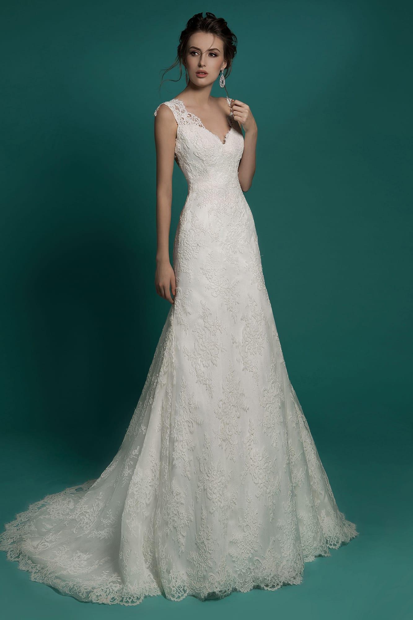 16596353bf6 Свадебное платье А-силуэта с кружевной отделкой и изящным глубоким декольте  сзади.