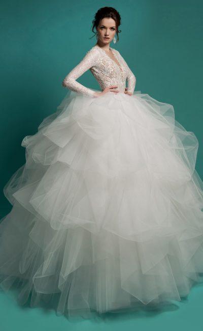 Кокетливое свадебное платье с потрясающе пышным полупрозрачным подолом и открытой спинкой.