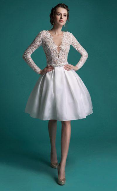 Короткое свадебное платье с сияющей пышной юбкой и открытой спинкой с глубоким вырезом.