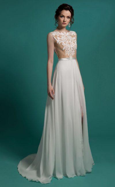 Прямое свадебное платье с разрезом по подолу и закрытым кружевным лифом с бежевой подкладкой.