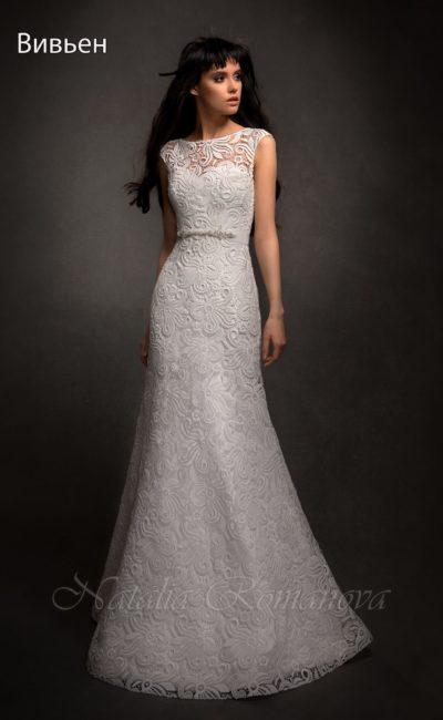 Закрытое свадебное платье «русалка», декорированное фактурным кружевом по всей длине.
