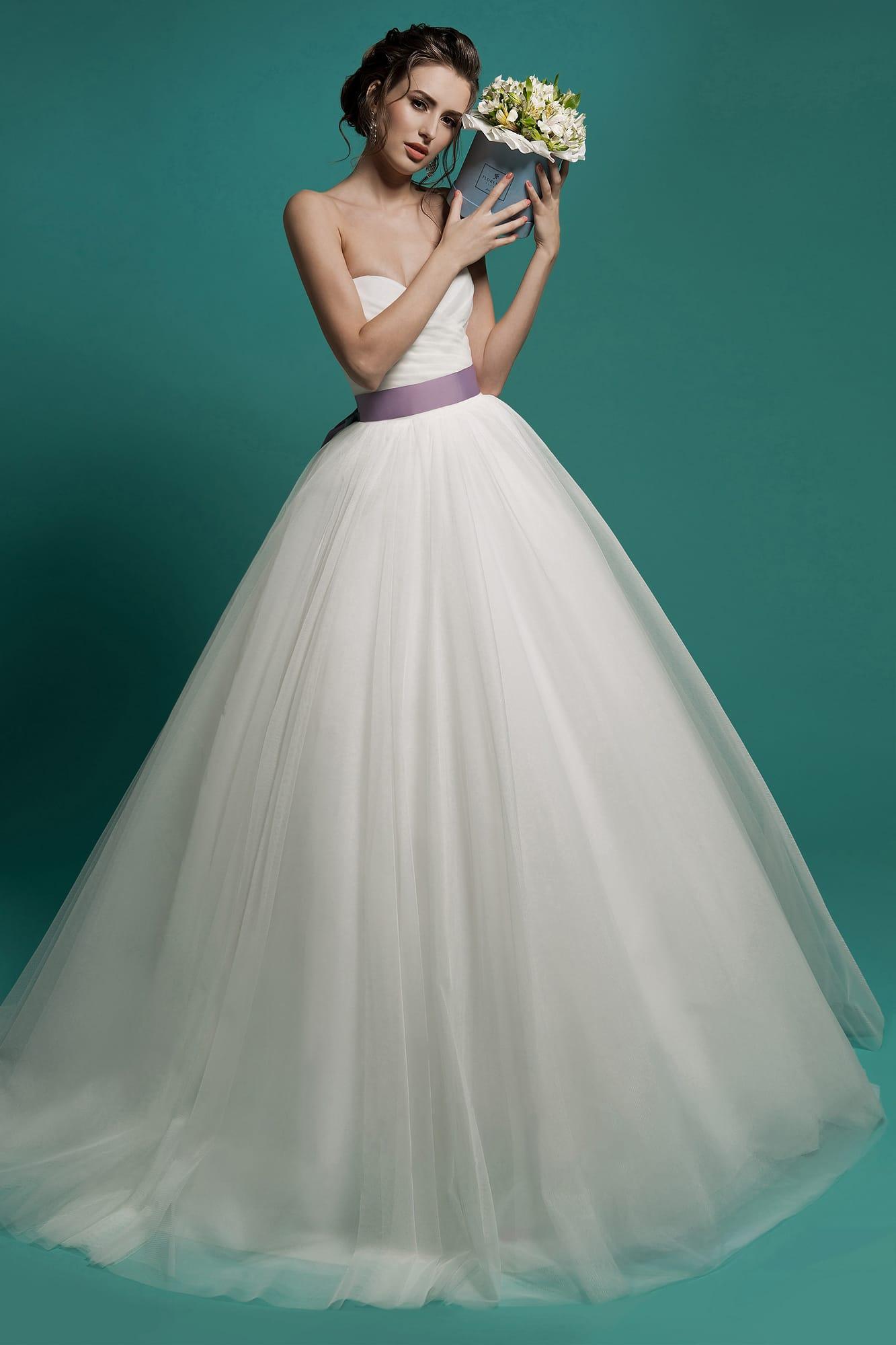f967d04a308 Лаконичное свадебное платье с открытым лифом и атласным поясом лавандового  цвета на талии.
