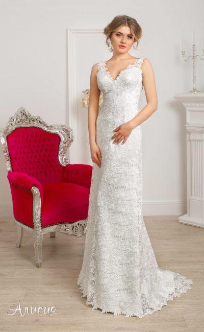 Прямое свадебное платье с V-образным вырезом, узкими бретелями и кружевным декором.