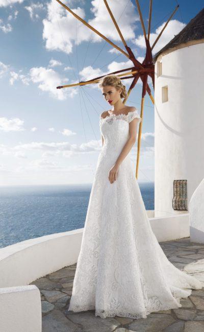 Облегающее свадебное платье с портретным декольте, изящными бретелями и шлейфом сзади.
