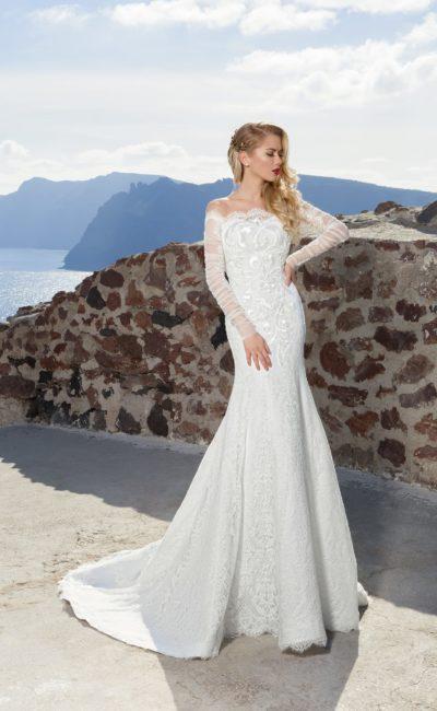 Утонченное свадебное платье с фактурной вышивкой на корсете и полупрозрачными рукавами.