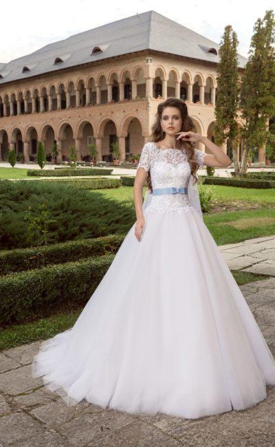 Свадебное платье с закрытым кружевным лифом, цветным атласным поясом и объемной юбкой.