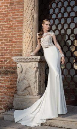 Изящное свадебное платье с атласной юбкой со шлейфом, украшенное по верху кружевом.