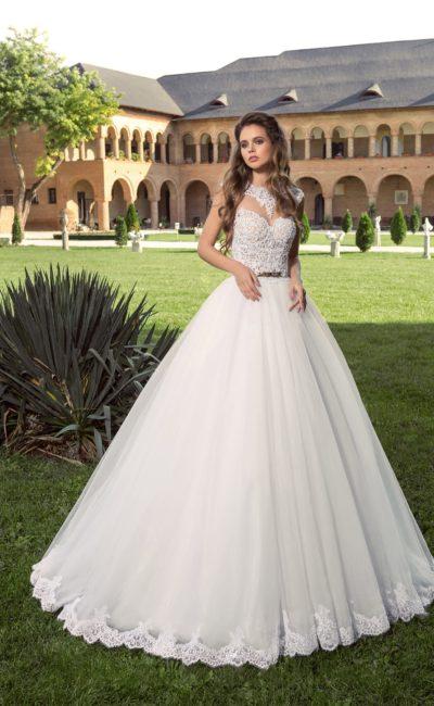 Стильное свадебное платье с оригинальным кружевным корсетом и соблазнительным вырезом сзади.