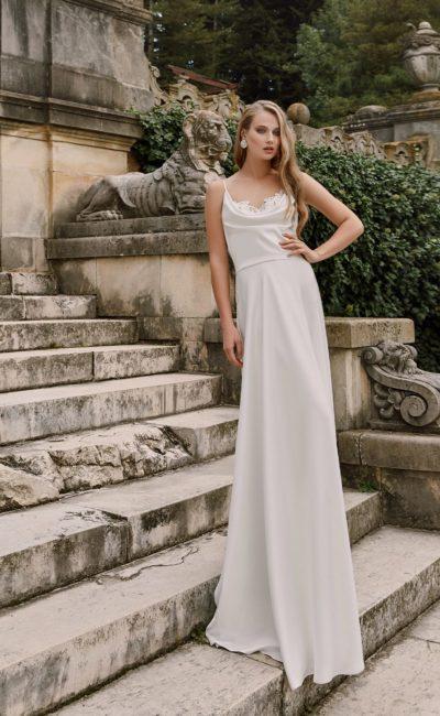 Изысканное свадебное платье «колонна» с нежной кружевной отделкой лифа.