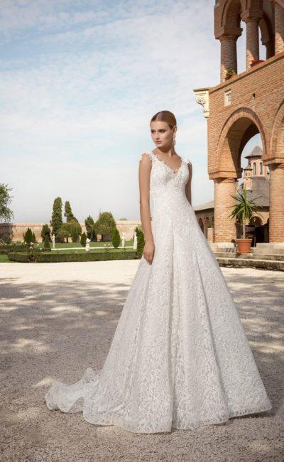 Стильное свадебное платье с выразительным V-образным декольте и отделкой кружевом.