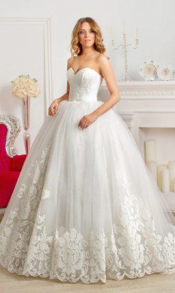 Традиционное свадебное платье с открытым лифом в форме сердечка и крупными аппликациями по юбке.