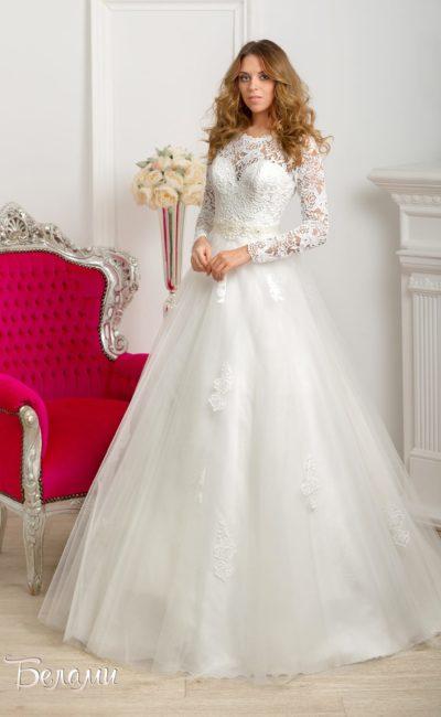 Пышное свадебное платье с закрытым кружевным верхом и длинными облегающими рукавами.