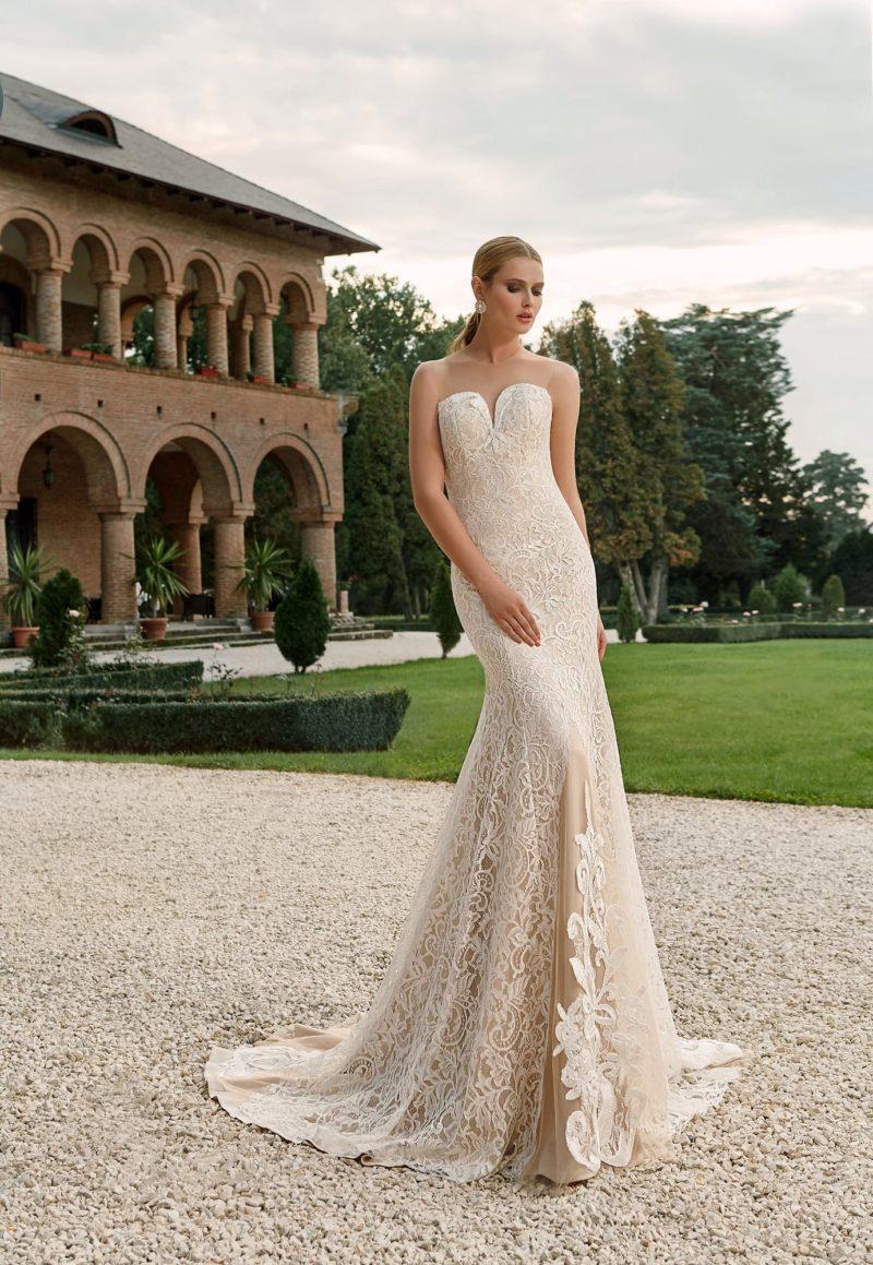 Бежевое свадебное платье с элегантной юбкой и стильным открытым лифом.