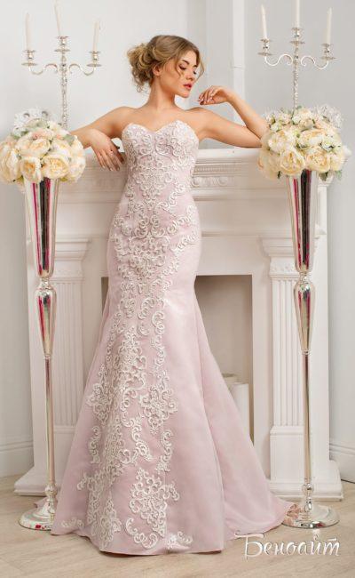 Женственное свадебное платье с бежевой подкладкой и открытым лифом в форме сердечка.