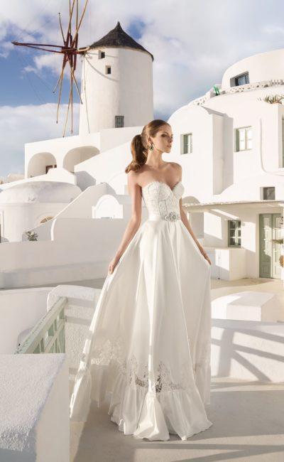 Атласное свадебное платье с кружевным корсетом и прорезным декором по низу подола.