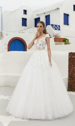 Пышное свадебное платье с прозрачным корсетом, покрытым кружевными аппликациями.
