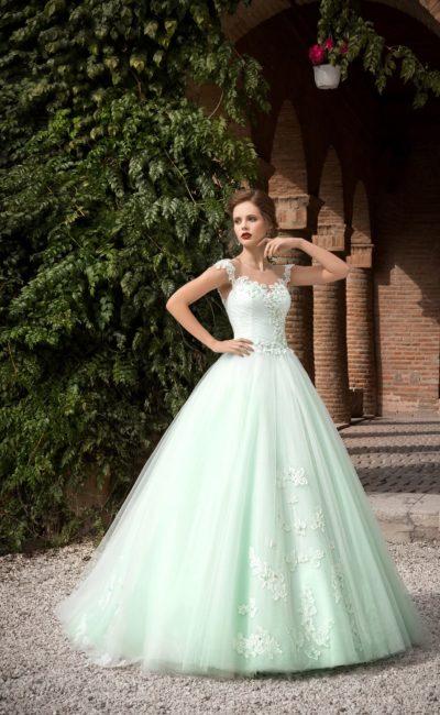Пышное свадебное платье мятного оттенка, с облегающим корсетом и отделкой аппликациями.