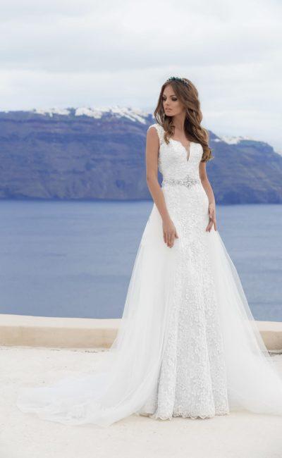 Свадебное платье с открытой спинкой и V-образным декольте, укрытым прозрачной вставкой.
