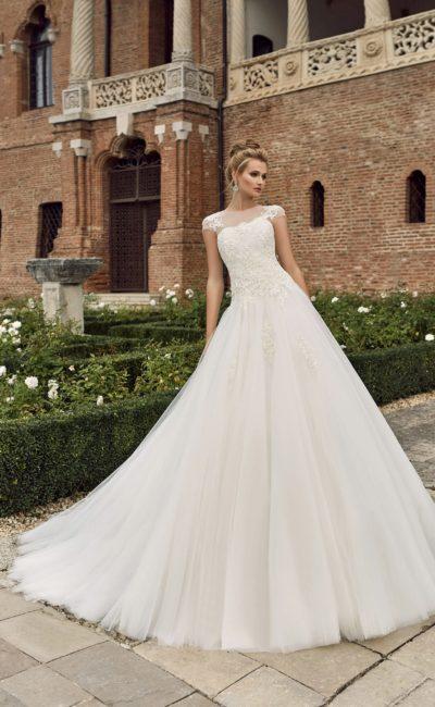 Закрытое свадебное платье пышного кроя с фактурным корсетом с коротким рукавом.