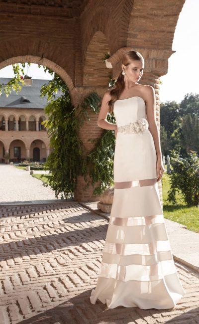 Прямое свадебное платье с лаконичным открытым лифом и юбкой с прозрачными вставками.