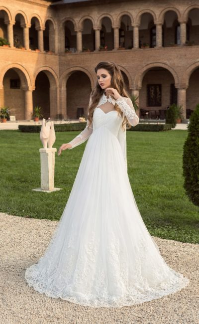 Свадебное платье «принцесса» с оригинальным высоким воротником и элегантными рукавами.