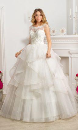 Кокетливое свадебное платье пышного кроя с закрытым корсетом и округлым вырезом.
