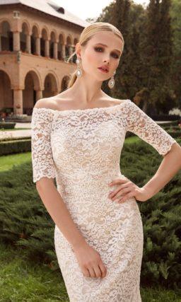 Свадебное платье цвета слоновой кости, по всей длине покрытое плотным кружевом.