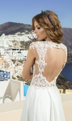 Прямое свадебное платье с прозрачным корсетом, покрытым аппликациями из белого кружева.