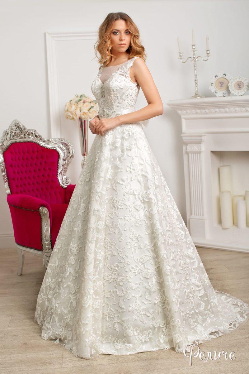 Фактурное свадебное платье «принцесса» с закрытым лифом с тонкой полупрозрачной вставкой.