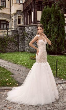 Бежевое свадебное платье с пышной белой юбкой силуэта «рыбка» и женственным лифом.
