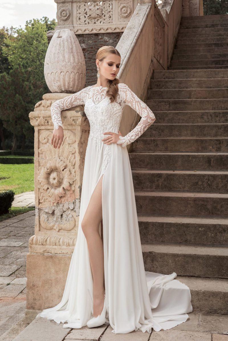 Соблазнительное свадебное платье с закрытым верхом с вырезом под горло и разрезом по юбке.