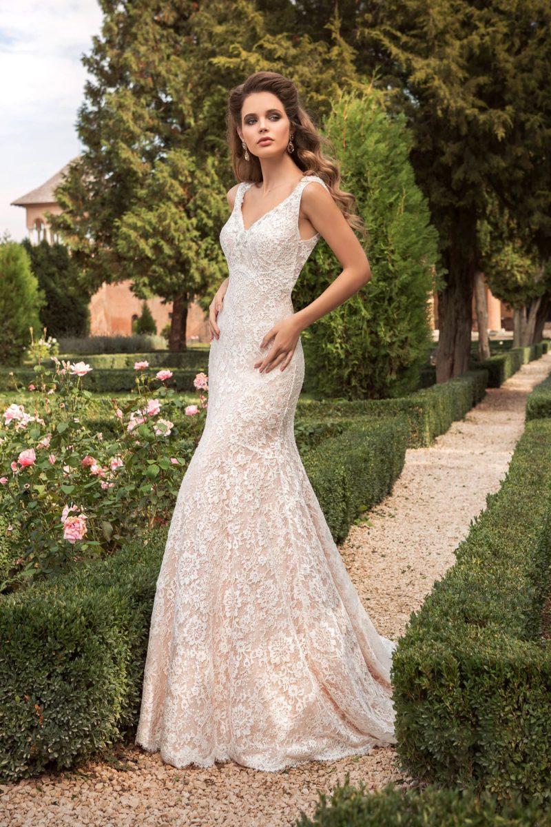 Свадебное платье на элегантной бежевой подкладке, с глубоким V-образным вырезом.