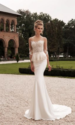 Облегающее свадебное платье с кружевным корсетом и пышной баской на талии.