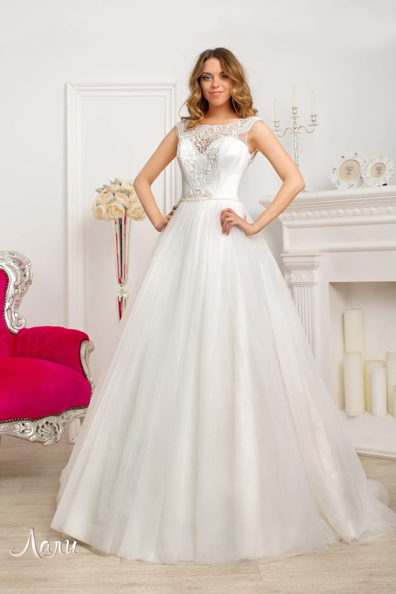 Великолепное свадебное платье с открытым атласным корсетом и вставкой над декольте.