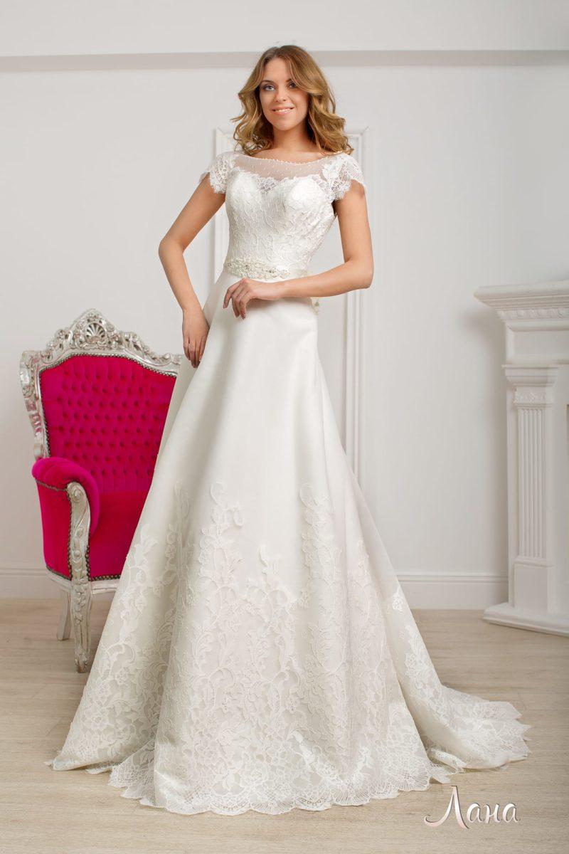Свадебное платье «принцесса» с округлым декольте, коротким рукавом и кружевным декором.