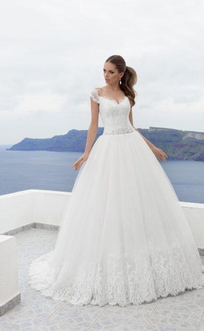 Великолепное свадебное платье с кружевными бретелями и аппликациями по низу пышного подола.
