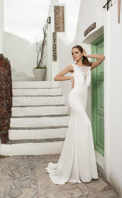 Притягательное свадебное платье с драматичным глубоким декольте, украшенным кружевом.