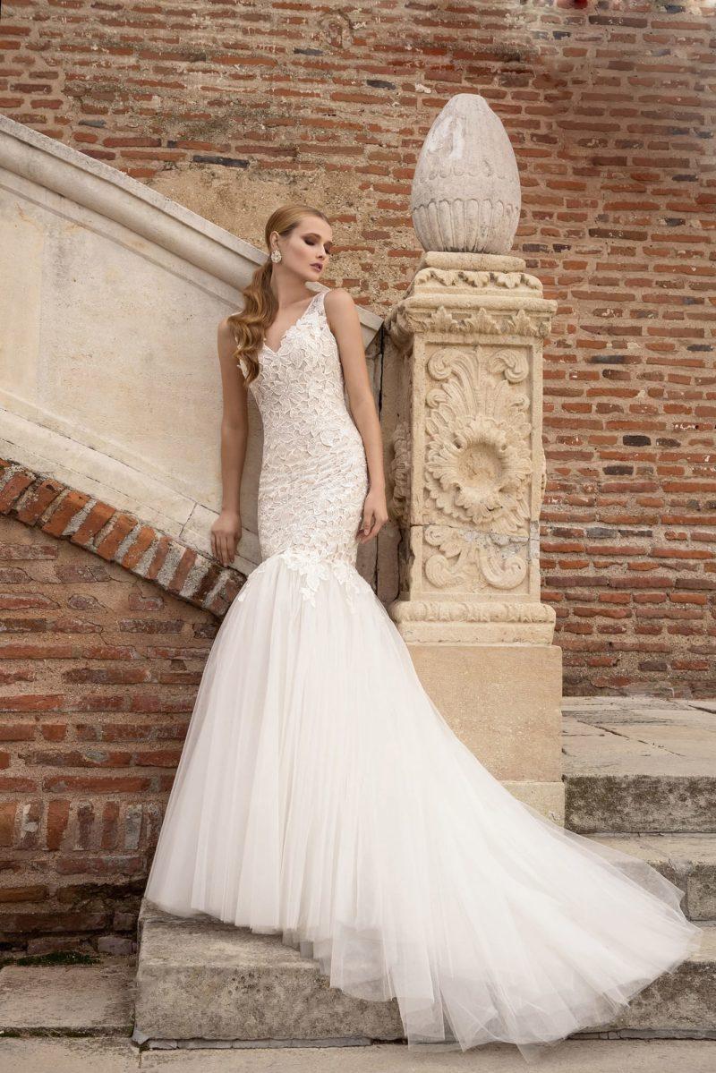 Кружевное свадебное платье «русалка» с длинным шлейфом и изящным декольте.