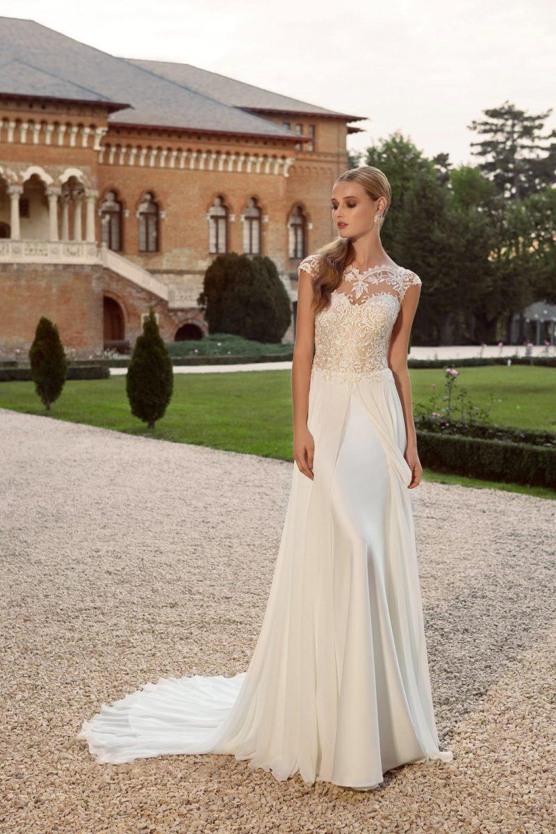 Изысканное свадебное платье кремового цвета с многослойной шифоновой юбкой со шлейфом.