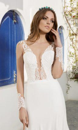 Свадебное платье с потрясающим лифом с глубоким декольте, украшенным прозрачной тканью.