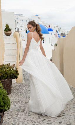 Свадебное платье с изящным атласным лифом с тонкими  бретелями и романтичной юбкой.