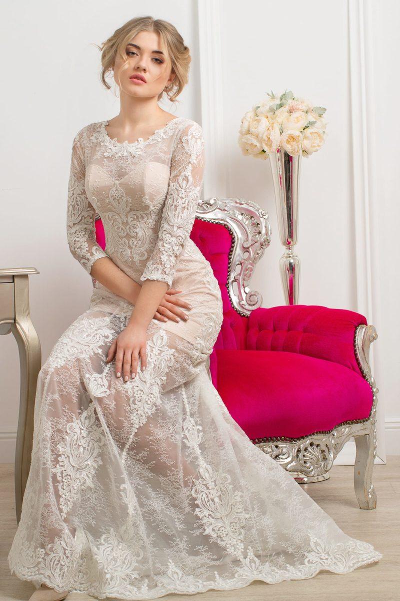 Кружевное свадебное платье с изысканной бежевой подкладкой и небольшим вырезом на спинке.
