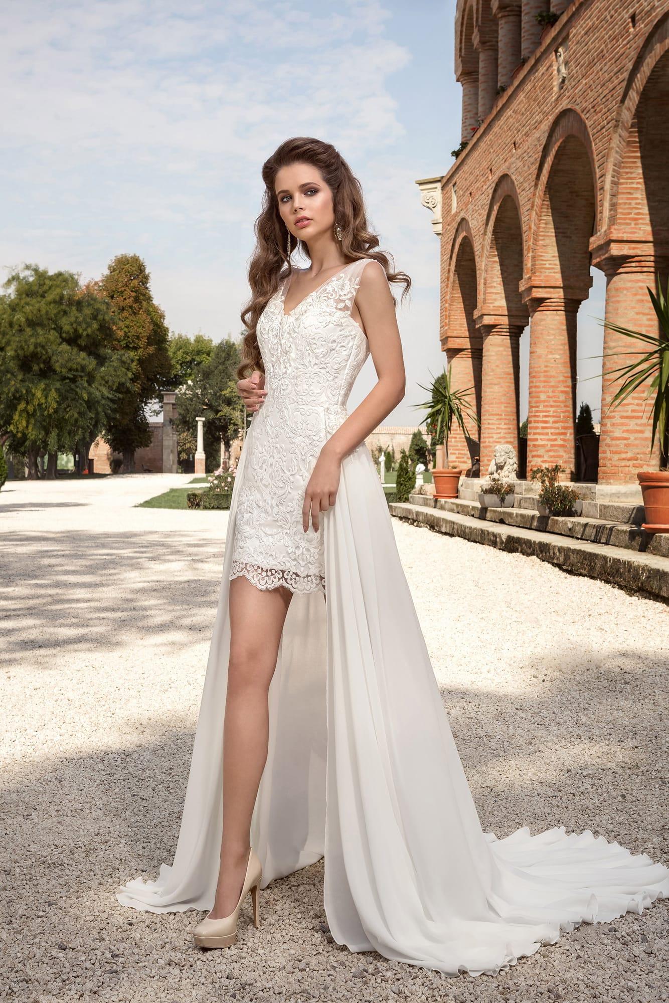 f357048a3db Короткое свадебное платье с V-образным вырезом декольте и длинной верхней  юбкой.