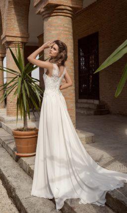 Короткое свадебное платье с V-образным вырезом декольте и длинной верхней юбкой.